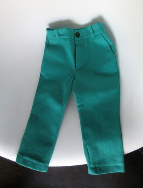 le pantalon n'est pas droit car posé sur une chaise concave, en vrai il est tip top 😉